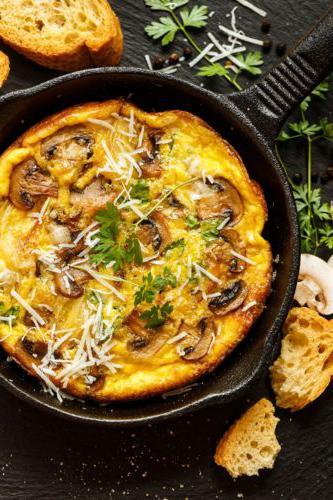厨师西蒙在他的农贸市场菜肉馅煎蛋饼中加入了蘑菇