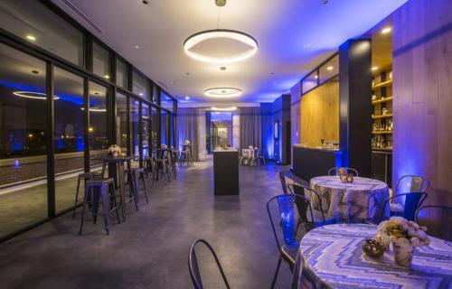选择会场有助于定下基调. 蓝盘的拉金大厅是假日聚会的绝佳场所.