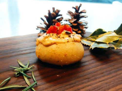 蓝盘假日烤红辣椒香肠蘸料的食谱特色是在小酸面包或圆面包卷中蘸美味. 我们把面包的里面掏空,做成一个小碗,用来蘸酱.