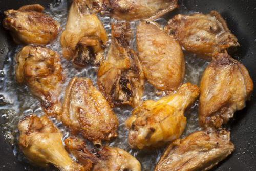 用食用油煎炸鸡翅的特写镜头