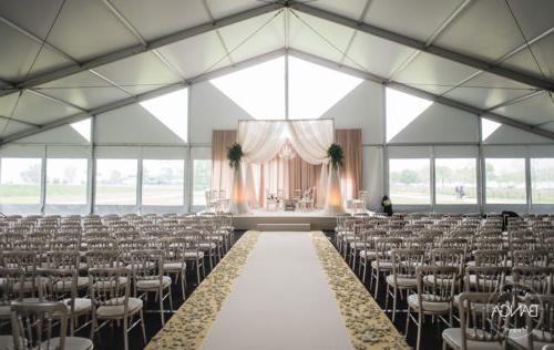 为婚宴设置的室内-室外活动空间.