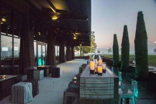 湖上剧院的室外露台,有景观和蜡烛桌子.
