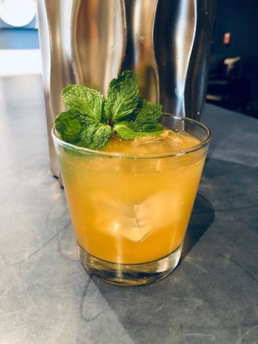 橘色鸡尾酒,加冰块和薄荷枝